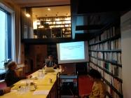 DSC_0768_knihovna CEFRES_Pre-table ronde_prof. Godelier